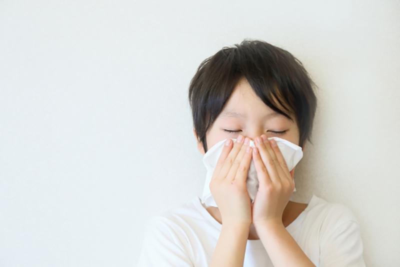 子供のが鼻をかむ写真